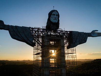 Una vista del Cristo de 43 metros que se construye en la ciudad de Encantado tomada este lunes.
