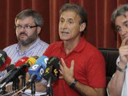 Los diputados extremeños Víctor Casco, Pedro Escobar y Alejandro Nogales, de izquierda a derecha.