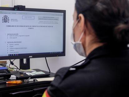 Una rastreadora del Ejército de Tierra rellena un formulario de contactos de covid-19 en la base aérea de Torrejón de Ardoz (Madrid), el pasado 1 de septiembre.