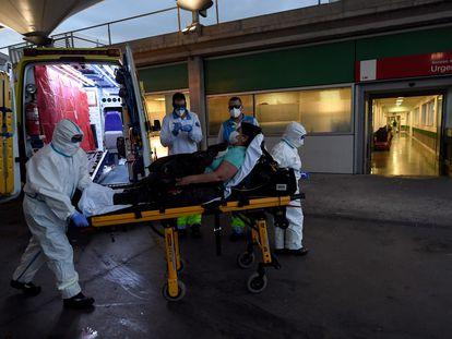 Profesionales del Summa llegando al hospital Infanta Leonor.