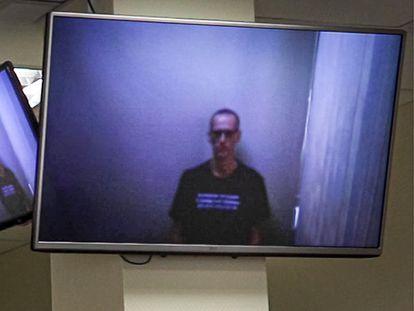 Alexéi Navalni comparece por videoconferencia desde prisión en un tribunal de Moscú, este jueves.