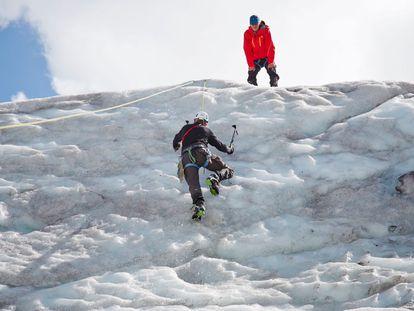 Dos escaladores ascienden en hielo en el valle de Pitztal (Austria).