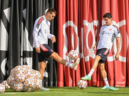 Niklas Suele y Robert Lewandowski, en el entrenamiento del Bayern antes de visitar el Camp Nou.