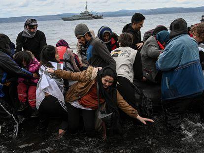 Un grupo de 54 refugiados afganos llega a tierra en la isla griega de Lesbos el 28 de febrero de 2020.