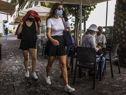 Restos de la lluvia de ceniza del volcán de Cumbre Vieja, en una calle de Santa Cruz de La Palma, este domingo.