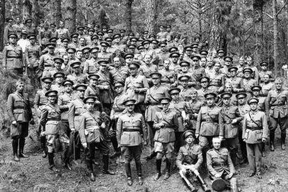 Santa Cruz de Tenerife, 17 de junio de 1936. Francisco Franco con oficiales y jefes de las guarniciones de Canarias, en un almuerzo celebrado en el Monte de la Esperanza, tras unas maniobras.