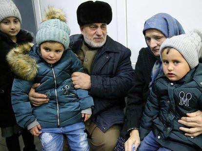 Dos menores rusos son recibidos el pasado febrero por unos familiares en el aeropuerto de Grozni (Chechenia).