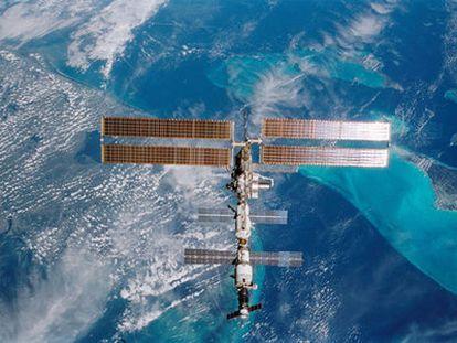 Fotografía de la Estación Espacial Internacional sobrevolando Miami (Florida), tomada por el transbordador <i>Endeavour</i>, en 2008.