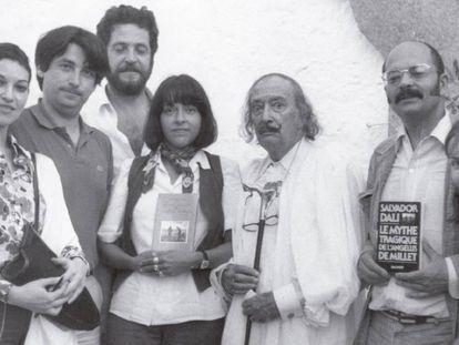 De izquierda a derecha, Ana Bohigas, Oscar Tusquets, Antonio López Lamadrid, Beatriz de Moura, Salvador Dalí y el editor francés Jean-Jacques Pauvert.