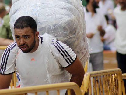 Un porteador, este jueves tras reabrirse la frontera de Ceuta con Marruecos.