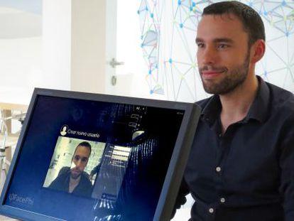 Un usuario probando la tecnología FacePhi con la webcam de un portátil.