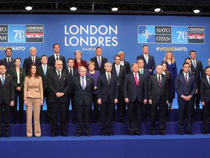 Foto de familia de los miembros de la OTAN, este miércoles en Watford (Londres). En vídeo, declaraciones del secretario general de la OTAN, Jens Stoltenberg.