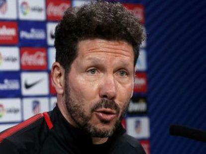 El entrenador del Atlético asegura que el encuentro con el delantero de la Juve en un restaurante de Madrid fue casual