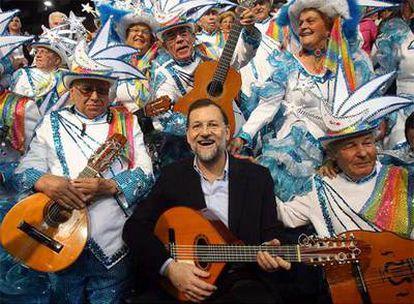 Rajoy posa con una rondalla de carnaval de La Laguna, integrada por una veintena de jubilados.