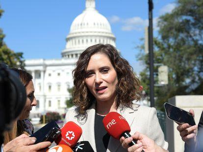 La presidenta de la Comunidad de Madrid, Isabel Díaz Ayuso, atiende a los periodistas hoy después de su reunión con el Caucus Hispano el pasado jueves.