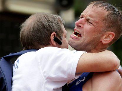 Schwazer abraza a Donati después de la victoria en la Copa del Mundo de Roma.