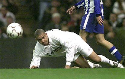 Ronaldo se incorpora con la vista fija en el balón.