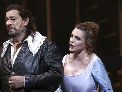Plácido Domingo y Ainhoa Arteta, en un ensayo en el Teatro Real en 2012. En vídeo, declaraciones de Arteta, este miércoles, sobre Domingo.