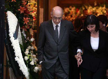 El Nobel de Literatura José Saramago y su esposa, Pilar, llegan a la capilla ardiente.