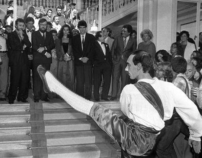 1985: José Luis García Sánchez, director de 'La Corte del Faraón' y Antonio Banderas, uno de los actores, rodean a Ana Belén, protagonista de la película, mientras un dantzari baila el 'aurresku' de honor a la salida de la sesión de gala del Festival.