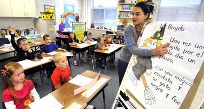 La profesora Milena Jimenez imparte una clase de español en Carolina del Norte, EE UU.