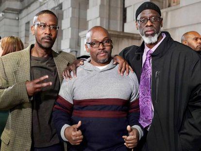 De izquierda a derecha, Alfred Chesnut, Andrew Stewart y Ransom Watkins, tras ser liberados. En vídeo, su testimonio.