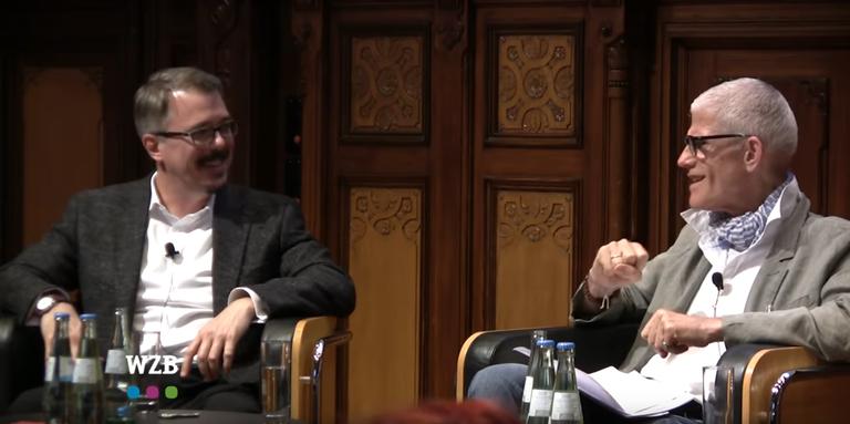 Sir Peter Jonas (derecha) y Vince Gilligan hablando sobre 'Breaking Bad' en Berlín en 2013.