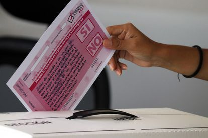 La papelería y material que se usará para la consulta ciudadana el próximo primero de agosto en México.