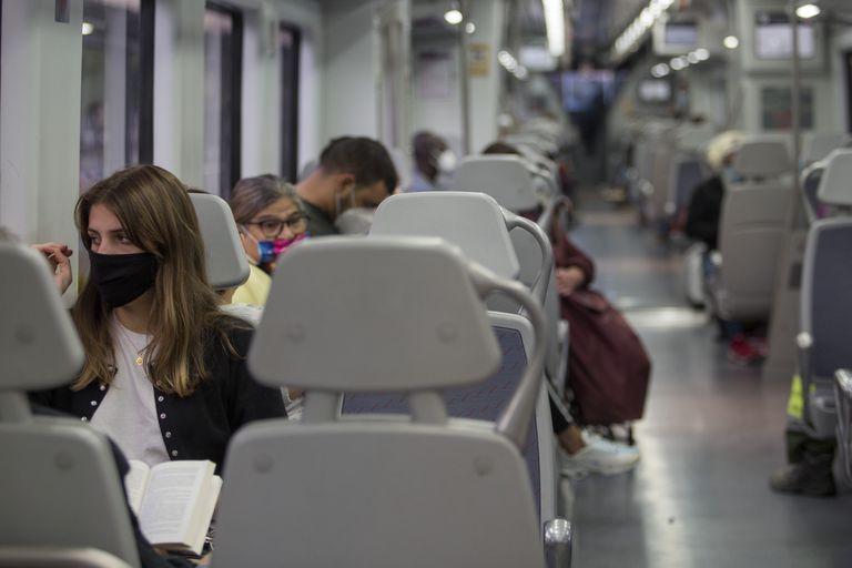 Tren de  Renfe en la estación de Sants de Barcelona.