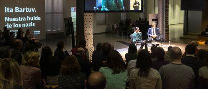 Ita Bartuv cuenta su historia mientras el público escucha atentamente.