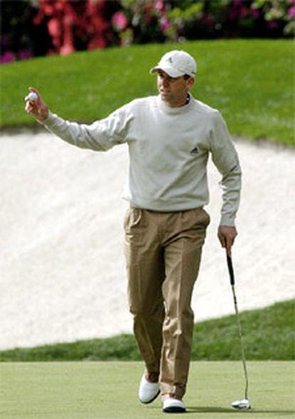 Sergio García camina con la bola en la mano tras uno de sus primeros hoyos.