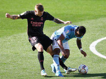 Kroos roba a Tapia el balón que Benzema convierte en su segundo gol al Celta en Balaídos.