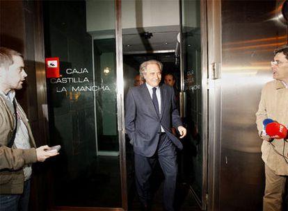 Juan Pedro Hernández Moltó, ya ex presidente de Caja Castilla La Mancha, abandona  ayer la sede de la entidad en Madrid.