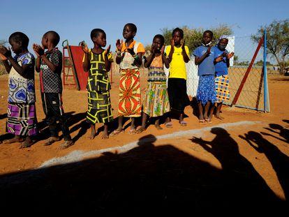 Niños que huyeron de la violencia yihadista en un campo de desplazados internos en Kaya (Burkina Faso), el pasado mes de noviembre.