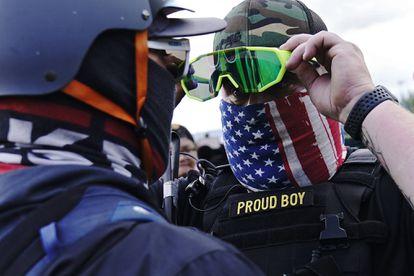 Un miembro del grupo extremista de derecha Proud Boys, en Portland.