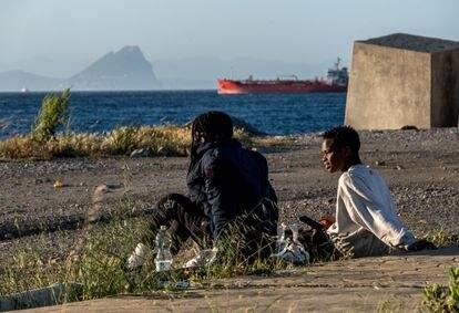 Migrantes sin hogar tras cruzar la frontera de Ceuta desde Marruecos el pasado 23 de mayo de 2021. / Javier Bauluz