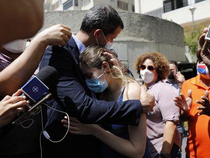 El líder opositor venezolano Juan Guaidó abraza a su esposa en Caracas, este lunes, después de que fuerzas especiales de la policía irrumpieran en su casa.