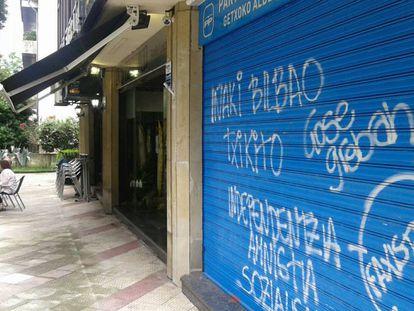 """Sede del PP en Las Arenas con una diana en la que se lee """"faxistak""""."""