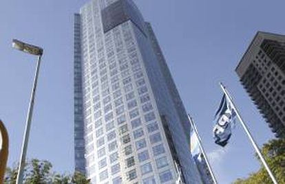En la imagen, banderas de YPF y de Argentina ondean en la sede de la petrolera en Buenos Aires (Argentina). EFE/Archivo