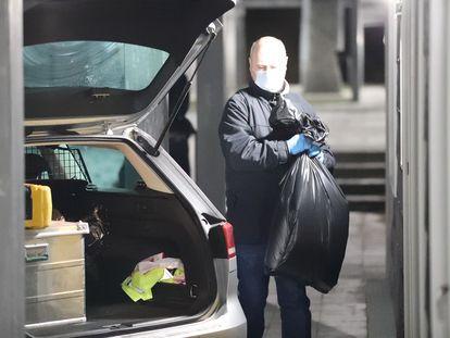 Un policía el pasado día 6 durante el registro en Holbaek (Dinamarca).