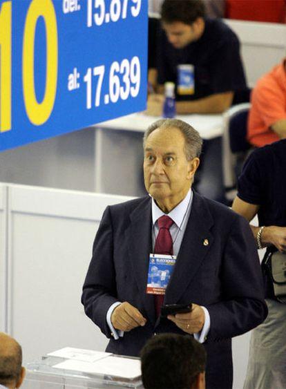 Villar Mir vota en las elecciones a la presidencia del Madrid de 2006.