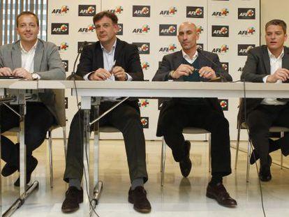 El presidente de la AFE, Luis Rubiales, segundo por la derecha y otros dirigentes del sindicato.
