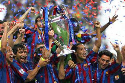 Los jugadores del Barcelona celebran el título con la Copa en las manos.