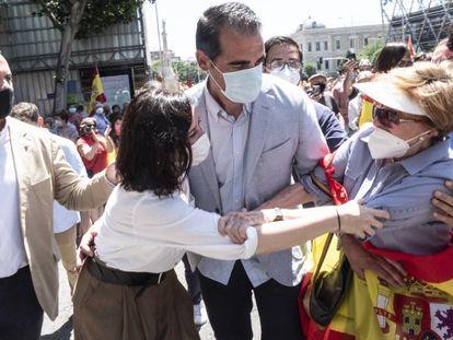 Una mujer saluda a la presidenta de la Comunidad de Madrid, Isabel Díaz Ayuso, durante la protesta en la plaza de Colón.