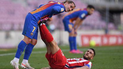 Griezmann estira los gemelos de Koke en un duelo ante el Atlético.