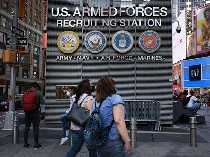 Una estación de reclutamiento militar en Times Square en Manhattan.