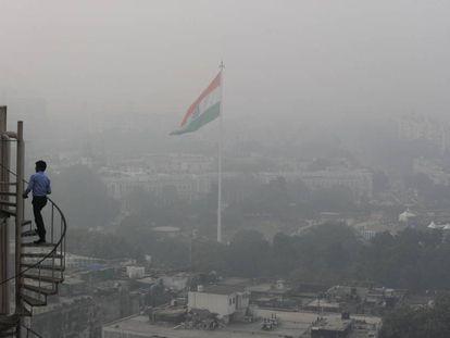 Imagen tomada desde un edificio de Delhi este viernes, en la que se aprecia la nube de contaminación.