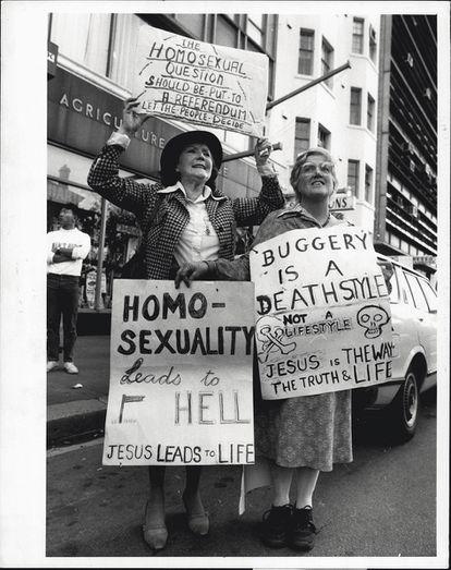 Dos mujeres cristianas protestan contra la aprobación de leyes proLGTBI ante el Parlamento británico, en mayo de 1984.