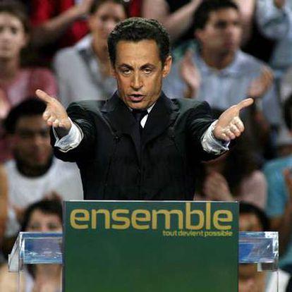 Nicolas Sarkozy se dirige a sus seguidores en el acto electoral de ayer, en el Omnisport Bercy de París.
