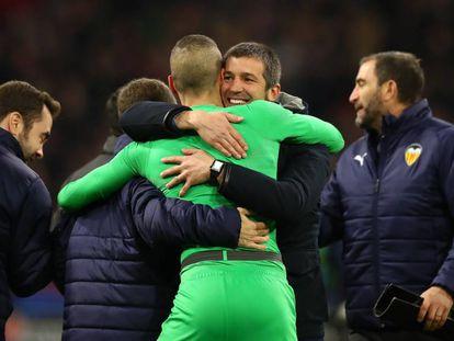 Celades se abraza con Jaume tras la victoria del Valencia en Ámsterdam.